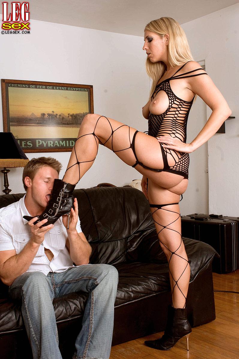 С красивыми длинными ногами ебется 16 фотография