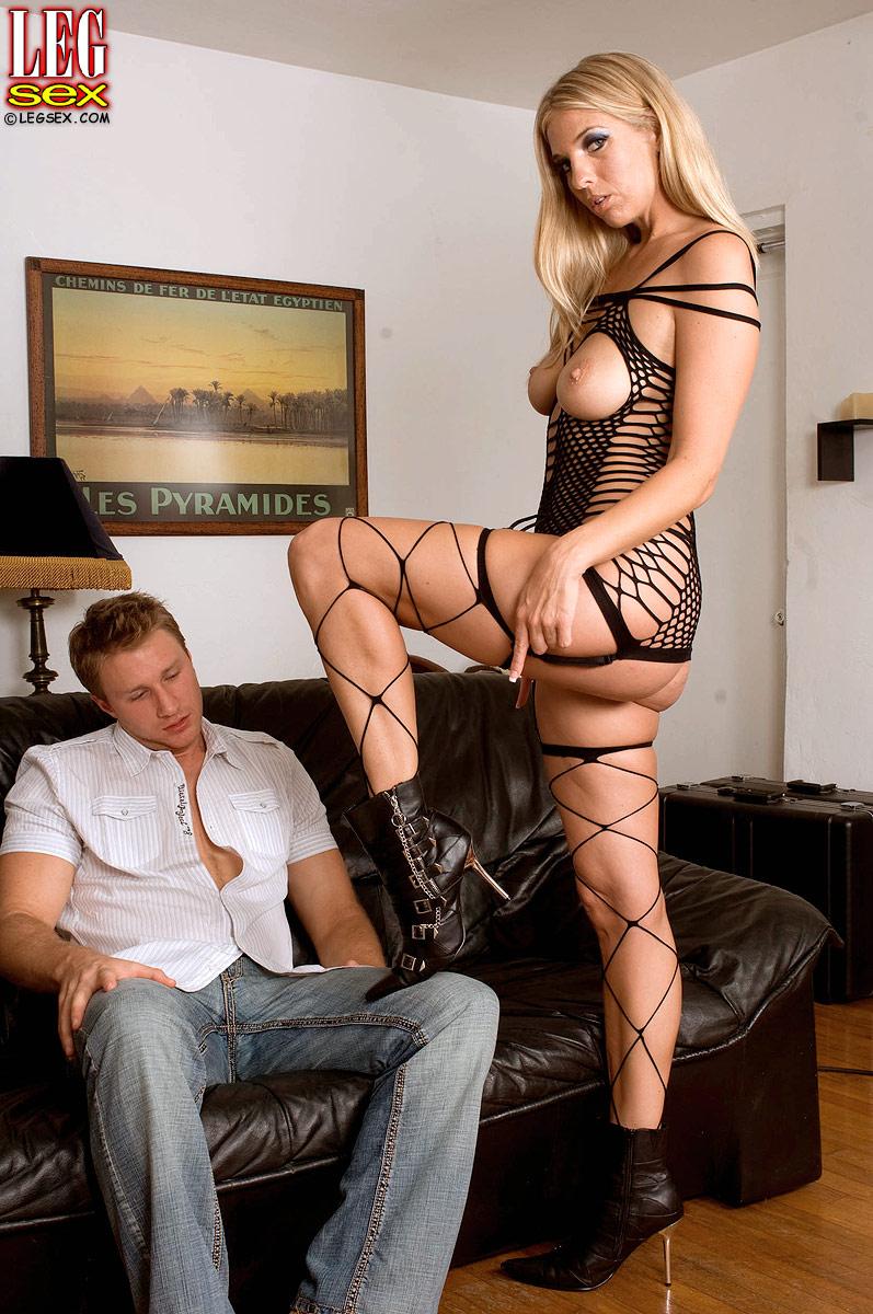 С красивыми длинными ногами ебется 12 фотография