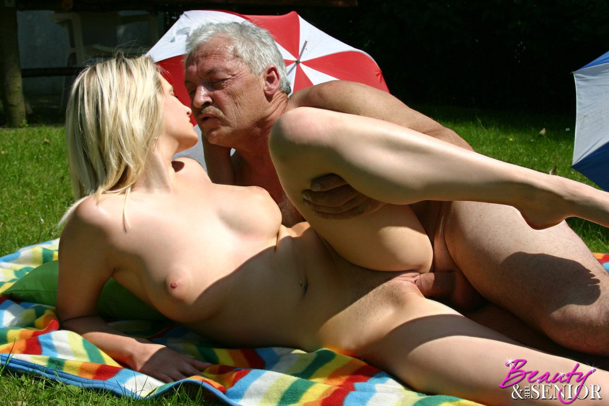 Смотреть секс со стариком на природе 6 фотография