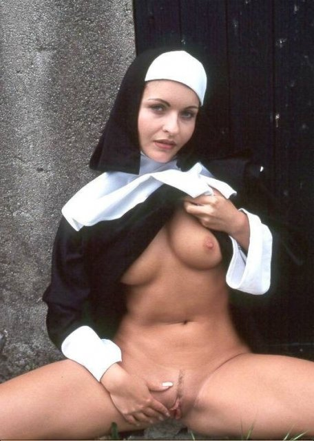 монашка мастурбирует в чулках