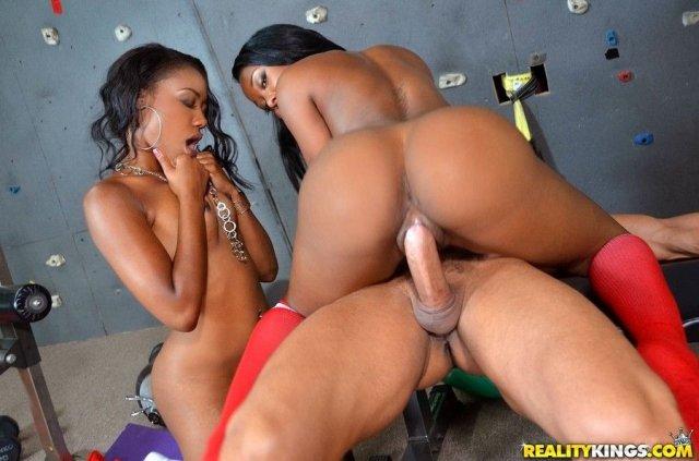 Подружки негритянки в форме черлидерш трахаются в групповухе