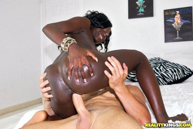 Негритянка с большой попкой ебётся раком и получает сперму
