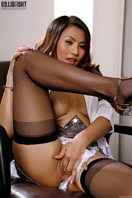 Эротика с похотливой сексуальной азиаткой, трахающей киску