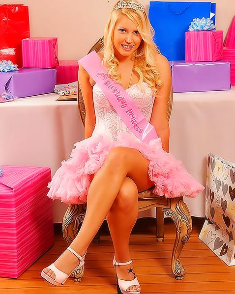 Порно с гламурный блондинка в платьях фото 774-208
