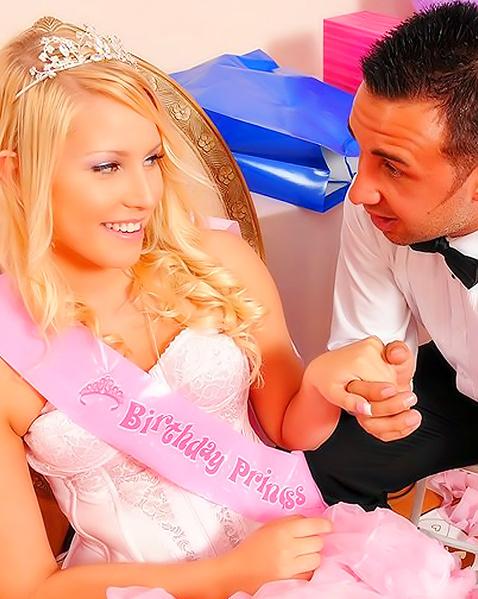 Гламурная блондинка в платье любит длинный член в письке