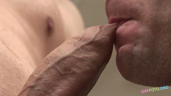 Мужик жестко ебет мужика в задницу и кончает внутрь