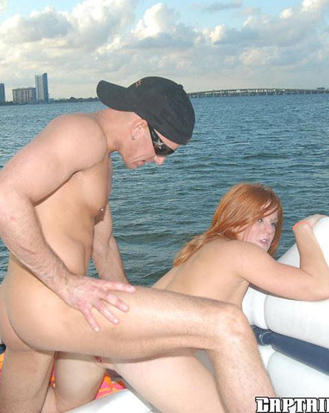 Рыжая шлюха в купальнике ебется в бритую пизду и отсасывает хуй на яхте
