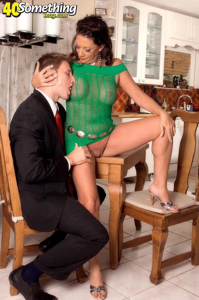 фото трахнул молодую женщину с красивыми ножками на даче