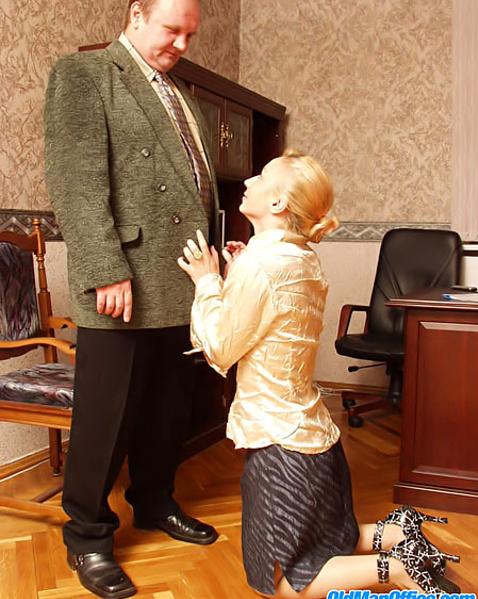 Старый пердун заставил зрелую женщину жестко ебаться после куни
