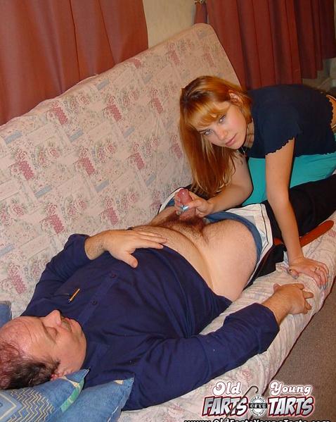 Старый пердун получает минет и вагину рыжей тёлки