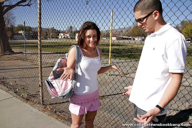 Молодая девочка студентка трахается в колледже с учителем