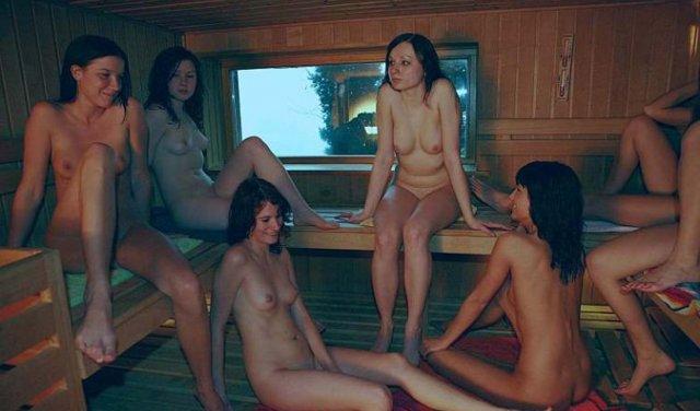 Лесбиянки с аппетитными попками в сауне дрочат клиторы