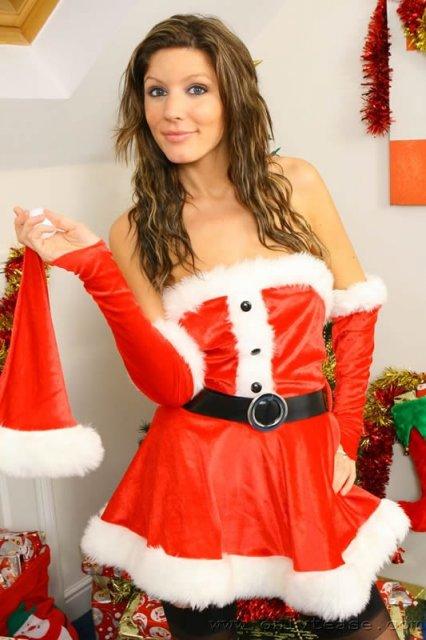 Красотка в новогодней форме показывая аппетитную задницу и письку