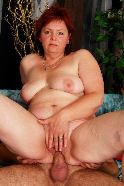 Развратная баба с висячими сиськами ебется с молодым парнем