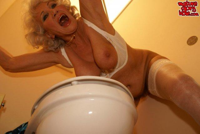 Старая развратная баба с висячими сиськами трахается в туалете