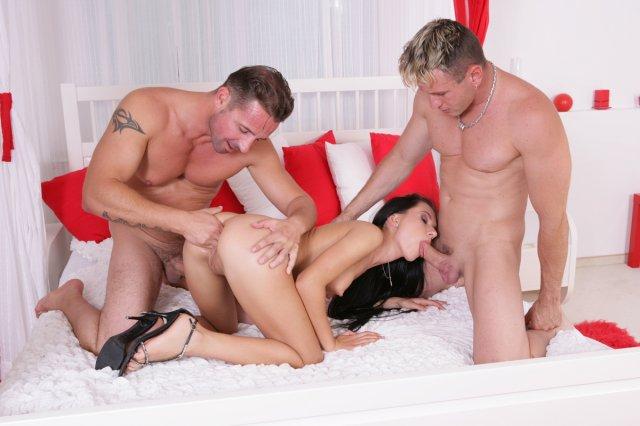 Молодая голая девка с двумя членами во рту в групповой ебле втроём