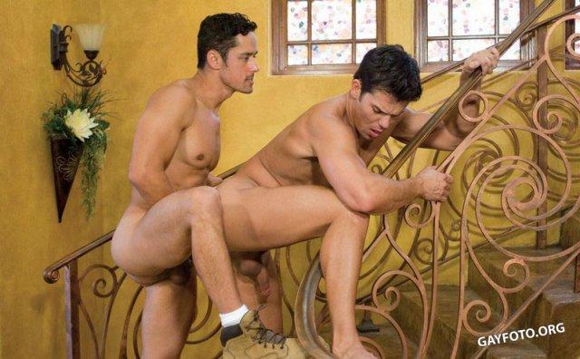 Красивый голый парень мастурбирует эрегированный член на природе