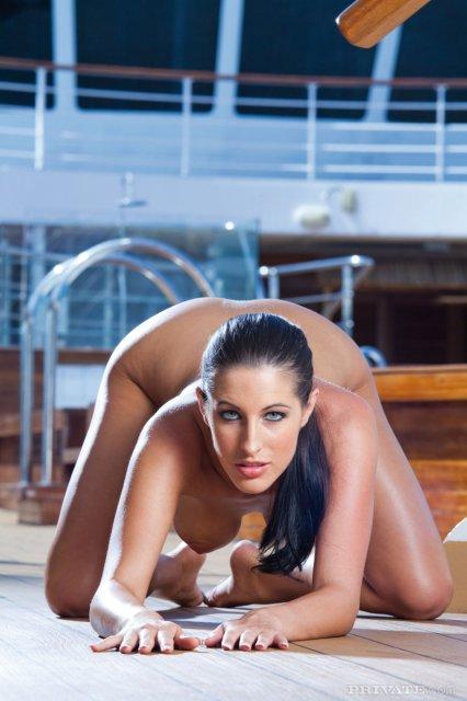 Красивая худая девушка дрочит ногами пенис и жестко трахается
