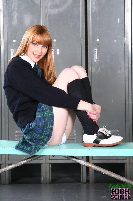 Красивая девочка в школьной форме дрочит хуй ногами перед сексом