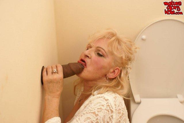 Чёрный толстый хуй негра из дыры в стене во рту опытной бабы