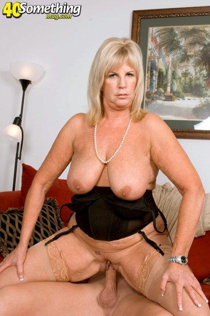 Толстая развратная женщина в возрасте обожает жесткий секс в пизду