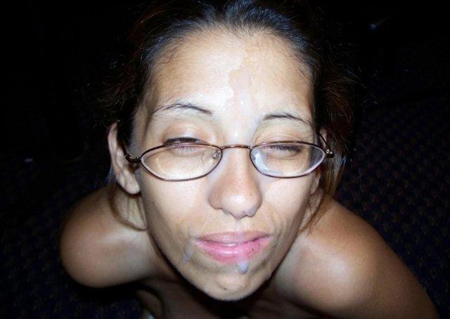 Женщина глотает сперму и эротично позирует с кончой на лице