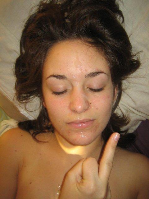 Жесткий оральный секс и конча на лице молодой шлюхи после траха