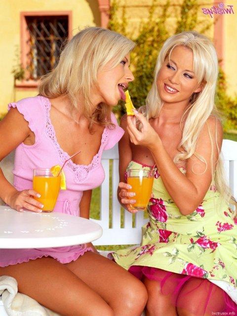 Гламурные блондинки лезбиянки ласкают киски на природе