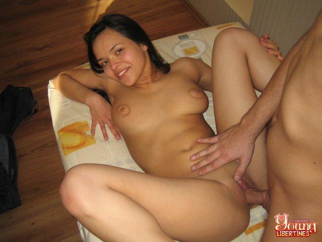 Гладит лобок молодой брюнетки во время секса в пизду раком