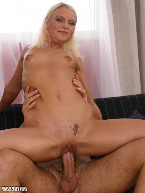 Секс втроем МЖМ со зрелой блондинкой в вагину и анус после отсоса