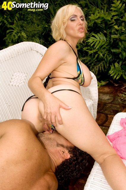 Похотливая мамаша в бикини любит сосать большой член