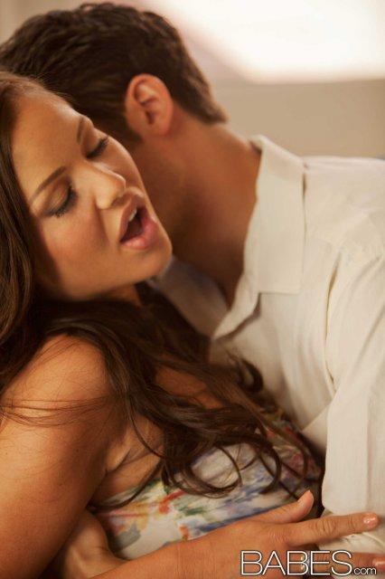 Сексуальная кудрявая красотка трахается в матку и получает оргазм