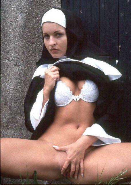 Сексуальная монашка в чулках раздвигает ноги и мастурбирует пизду