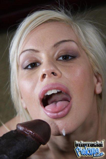 Пикапер негр развел стройную блондинку и выебал в рот и пизду