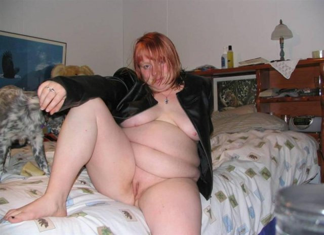 Упитанная шлюха раздвигает ноги и онанирует вагину и клитор