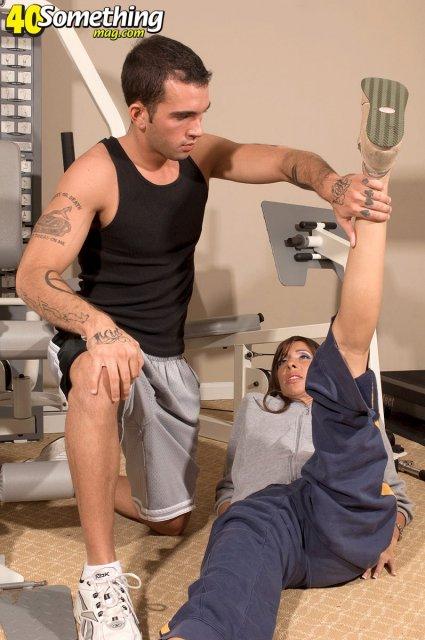 Сексуальная стройная мать с тату соглашается на трах в спортзале