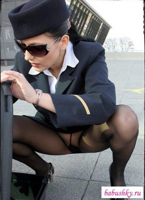 Стройная сексуальная стюардесса позирует на hd порно картинках