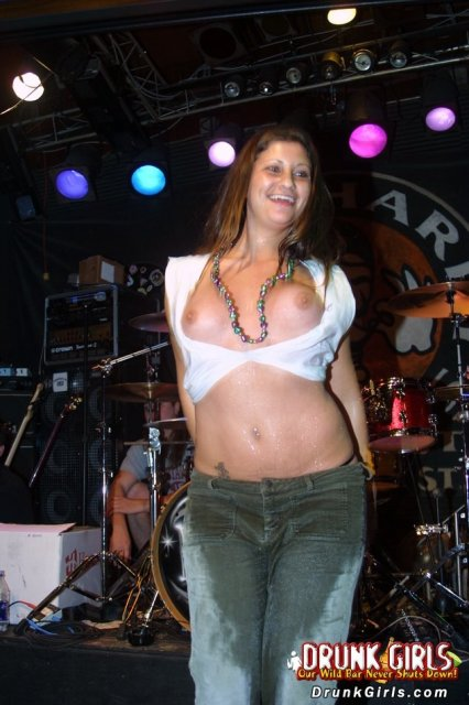 Стриптиз в секс клубе от зрелой бабы в джинсах с голыми титями
