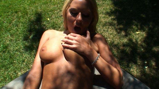 Жесткий секс в деревне с молодой развратной блондинкой