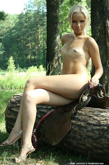 Секс в деревне: блондинка в свадебном платье позирует на порно фото
