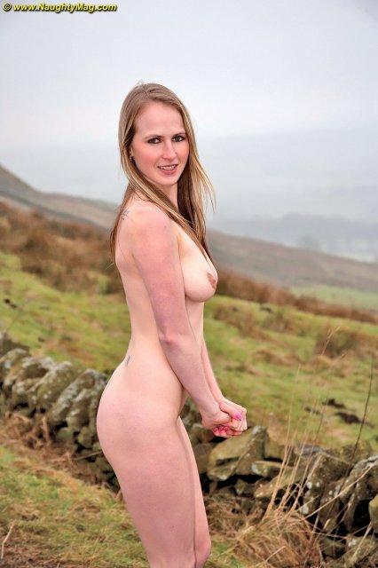 Молодые сексуальные блондинки с голыми сиськамираздеваются на улице