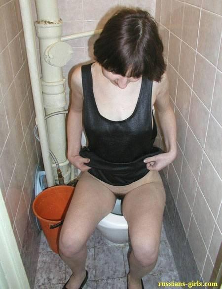porno-tualet-pisayut-zrelie-eroticheskie-igri-seks-s-laroy-kroft