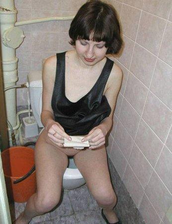 Худую ебут в туалете