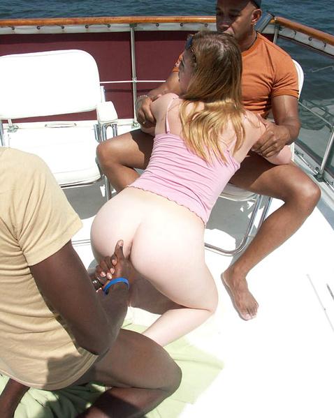 Красивую блондинку ебут на яхте, сосет сучка хуище