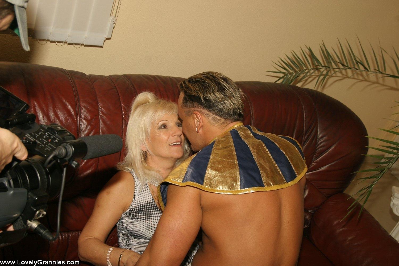 Порно со старой сексуальной бабушкой