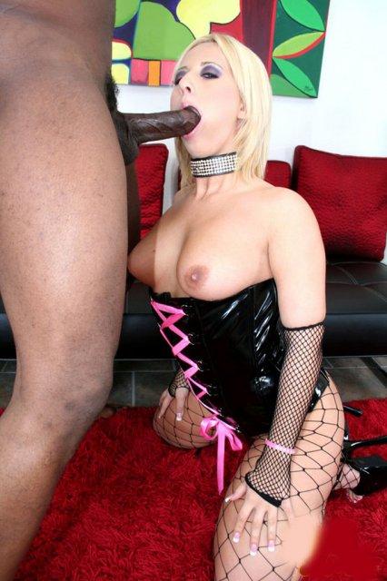 Блондинка с большой задницей в сексуальных чулках ебется в доме