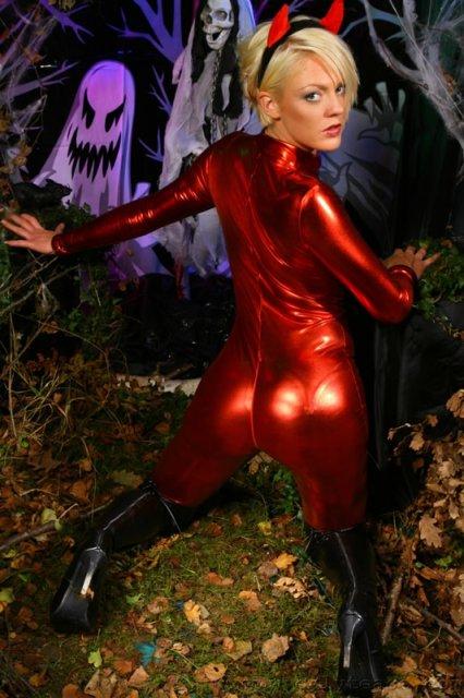 Горячая дьяволица танцует стриптиз в форме черта