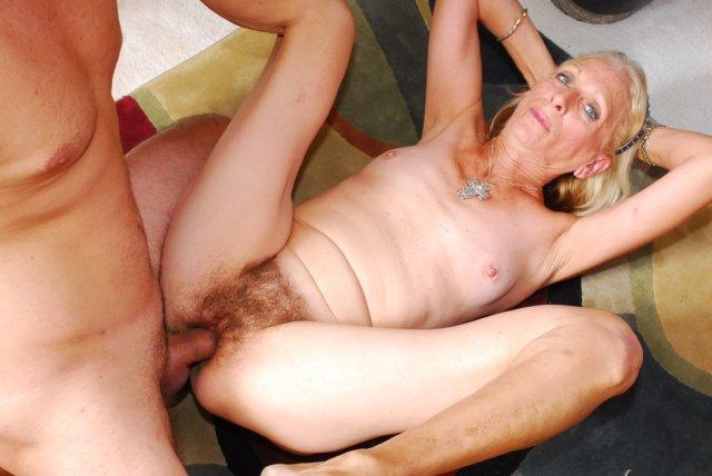Старушка с висячими сиськами в розовом белье устроила сексуальные игры