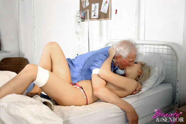 Старый дед врач быстро развел страстную блондинку на секс