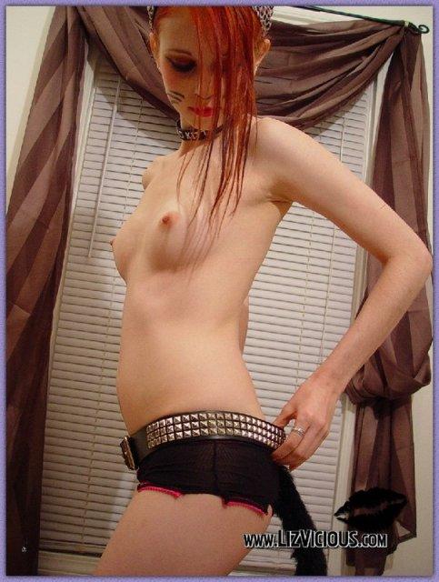 Эротические фото от девушки гота, которая показывает писю